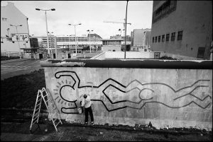 Keith Haring, american artist, makes painting on the Berlin Wall. Berlin, 1986.